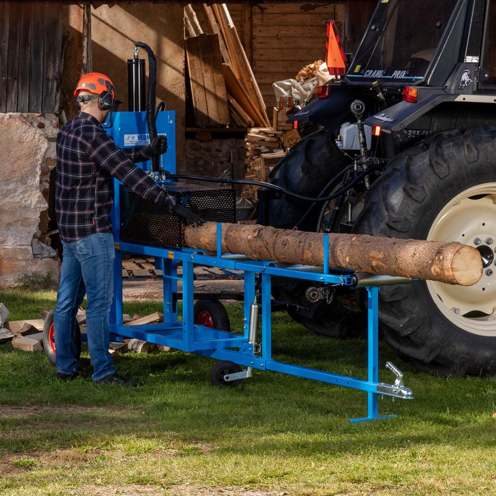 PW Vedmaskin för traktordrift kopplad till en traktor