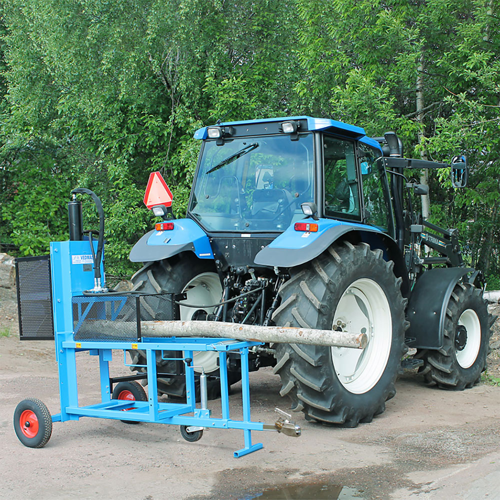 PW Vedmaskinen tillkopplad på traktor utomhus